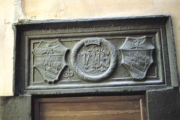 Taggia: portale in ardesia scolpitaTaggia: graven slate portal