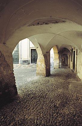 Taggia: Piazza Gastaldi, i porticiTaggia: Piazza Gastaldi, the arcades